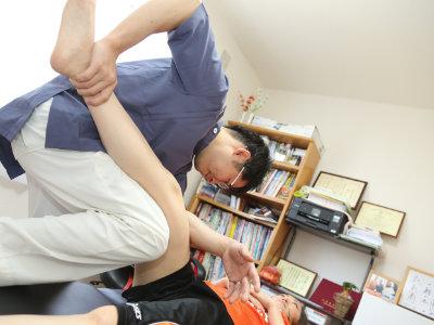 肘を使った太ももへの施術